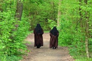 nuns-1392541_640